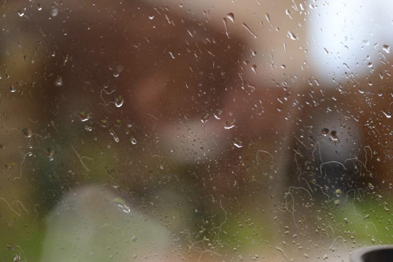 regen tegen keukenraam