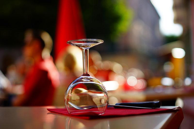 tafel met glas